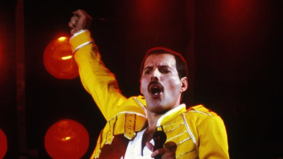 Freddie Mercury en el Magic Tour - Personalidades que fallecieron a causa del virus del SIDA